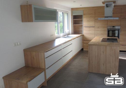 Küche in kontrastreichem Design - weiß/Eiche