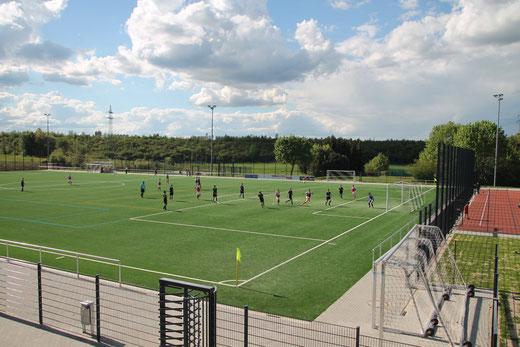 Sportplatz mit Kunstrasenspielfeld