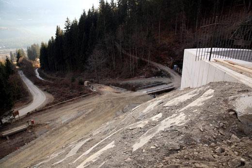 der Damm ist auch auf der Außenseite bis auf die Sperrenhöhe gepflastert