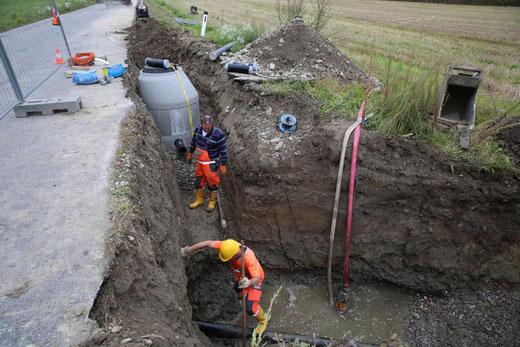 die Wasserleitung vom Manner herunter wird hier freigelegt