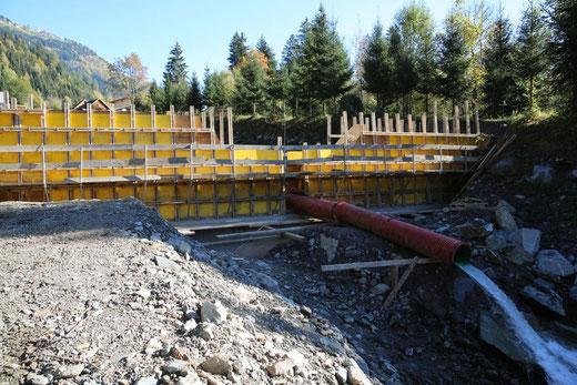 die untere Sperre des Auffangbeckens ist kurz vor der Fertigstellung