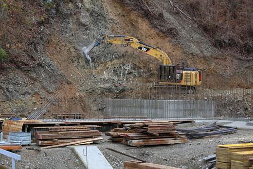 für eine gute Einbindung in das bestehende Gelände wird das faule Gestein abgetragen