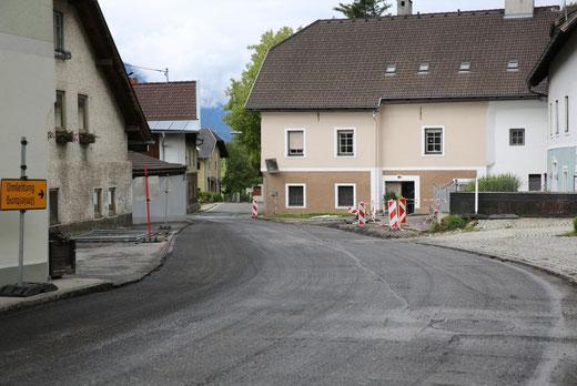 die Straße wird bis zum Haus beim Fellner Park neu asphaltiert