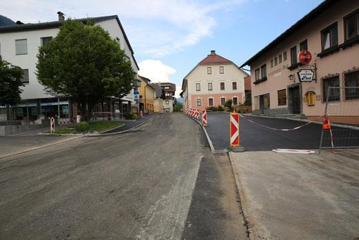 der Gehsteig bis zum Gh Oberheinricher sowie der Parkplatz beim Trupp sind fertiggestellt