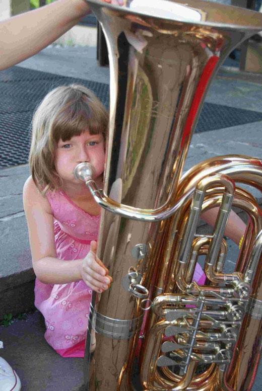 bei diesem Instrument muss man schon gehörig hineinblasen -  ihr scheint es zu gelingen