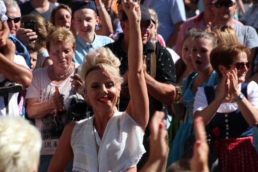 """Superstar """"Hannah"""" zog eine sensationelle Show inmitten des begeisterten Publikums ab"""
