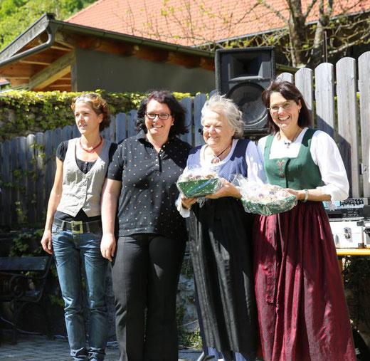 auch Maria und Traudl wurden für ihre Bemühungen um die Kindervolkstanzgruppe belohnt