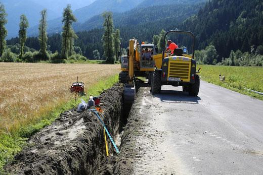 es wird entlang der Landesstraße von Gajach-Ost Richtung Fellbach gegraben
