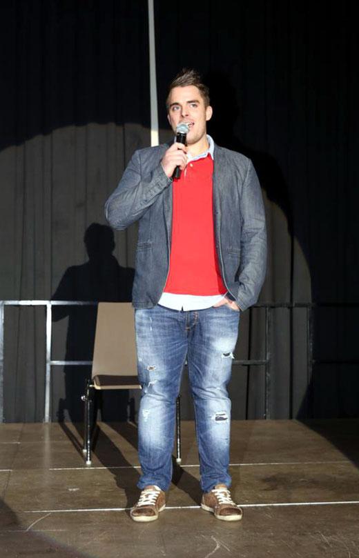 Matthias Pirker bei seiner Begrüßungsansprache, die selbst schon sehr humoristisch ausfiel