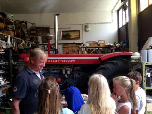 """""""Traktor Franz"""" mit den SchülerInnen vor seinem Oldtimer-Prachtstück ,  ein """"Massey Ferguson"""" - Traktor"""