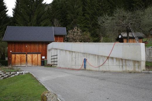 die bestehende Stützmauer beim Objekt der Fam. Fleischhacker wurde in Eigenregie im Rekordtempo erhöht