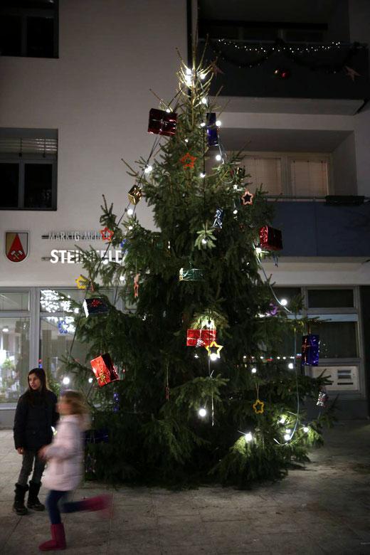 dieser liebevoll geschmückte Christbaum ziert ab nun den Fritz Strbl-Platz