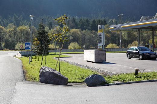 auch das Areal um die Tankstelle u. Waschanlage wurde begrünt und bepflanzt
