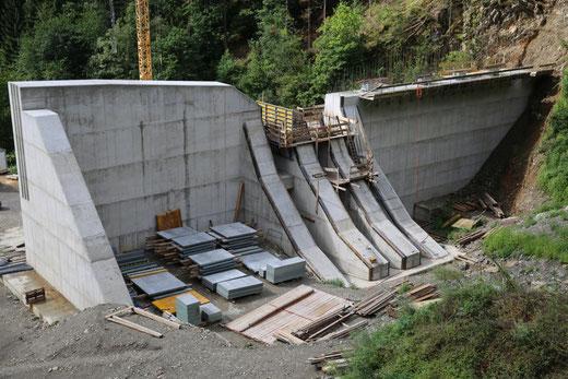 die Mauerkrone ist bis auf einen Betonierabschnitt erreicht