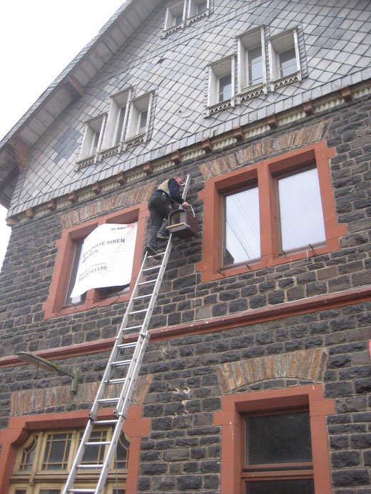 Artenschutz im Dorf - Am alten Bahnhof Unnau-Korb wird ein Nistkasten für Turmfalken angebracht.
