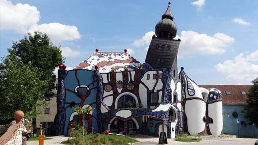 La Kunsthaus de Peter Pelikan, avec son curieux clocher.