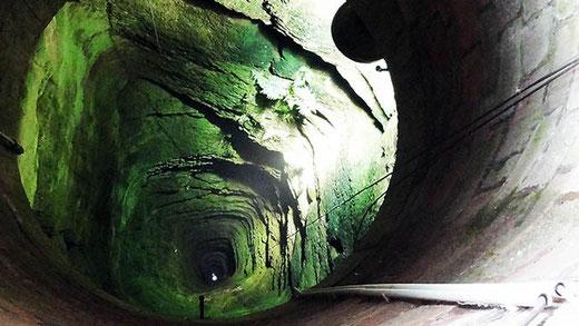 Un puits médiéval de 176 m de profondeur, situé derrière le monument.