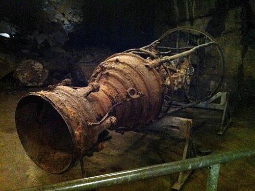 Dans l'usine souterraine, le moteur rouillé d'une fusée V2.