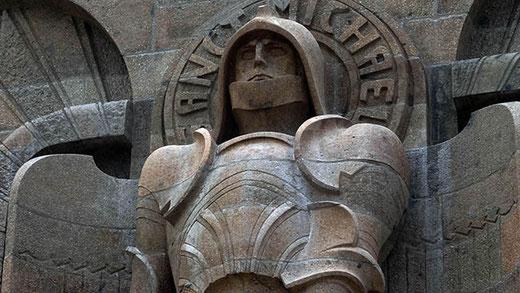 L'archange Michel, saint patron des guerriers et gardien du monument.