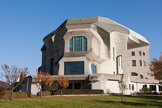 Le Goetheanum, centre culturel créé par Rudolph Steiner pour assurer la promotion de son œuvre. (Photo : Roland Zumbuehl, Wikimedia Commons)