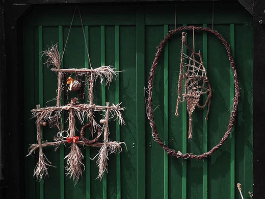 "De bien étranges décorations, qui rappellent le film ""Blair Witch""…"