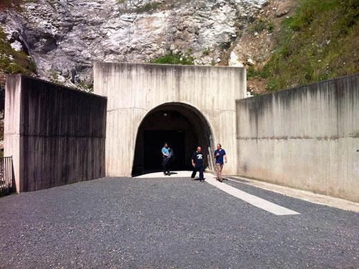 Un nouveau tunnel permet l'accès à l'usine souterraine.
