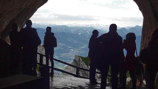 À 1600 m d'altitude, l'entrée de la grotte avec son panorama sur les Alpes autrichiennes.