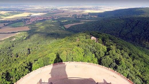Du haut du monument, la vue porte sur la campagne et sur les collines boisées.