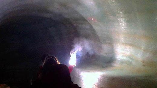 Éclairé par le guide à l'aide d'un ruban de magnésium, le tunnel de glace est une des attractions de la grotte.