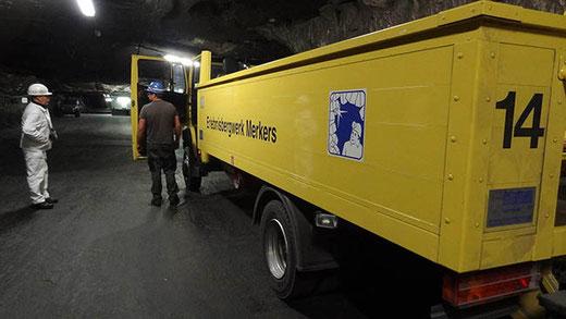 Une mine est si vaste qu'on y circule en camion.