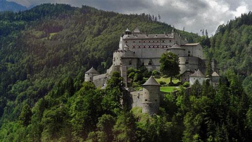 En contrebas de la grotte, gardant la vallée de la Salzach, l'impressionante forteresse d'Hohenwerfen.