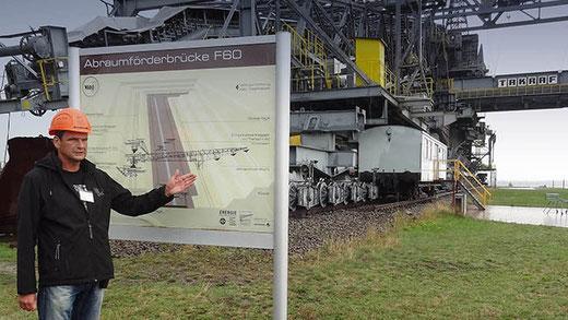 Un ancien mineur explique le fonctionnement de la machine F60 dans une mine à ciel ouvert.