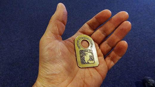 Chaque visiteur reçoit un jeton pour ne pas être oublié au fond de la mine.