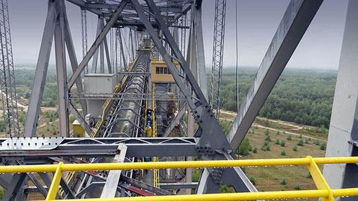 La structure métallique s'étend sur 502 m de longueur et pèse 13 500 tonnes.