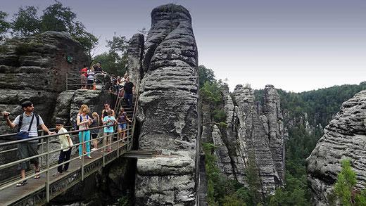 Les rochers du Bastei sont équipés de passerelles qui permettent d'accéder à différents balcons panoramiques.