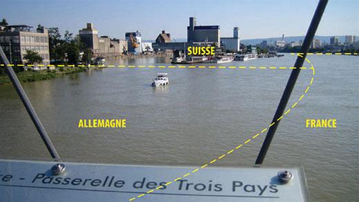 Sur la Passerelle des Trois Pays, entre Huningue et Weil am Rhein.