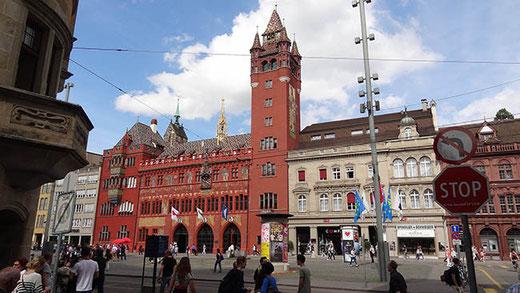 L'hôtel de ville très coloré de Bâle.