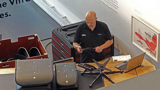 Dans la VitraHaus, un technicien assemble la fameuse Eames Lounge Chair, vendue à 6 millions d'exemplaires depuis 1956.