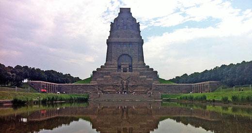 Le monument se reflète dans un immense bassin.