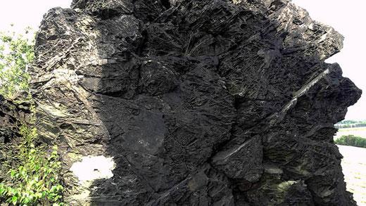 Une curieuse texture, une couleur noirâtre… Pas de doute : c'est bien le Mur du diable !