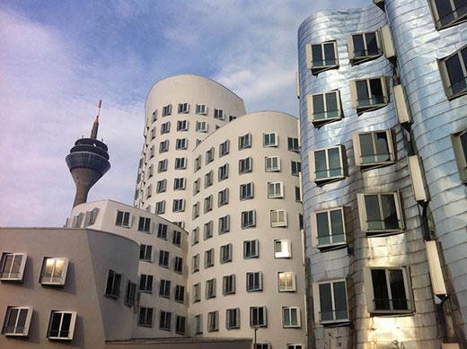 La Rheinturm (à l'arrière-plan à gauche) et les immeubles de Frank O. Gehry