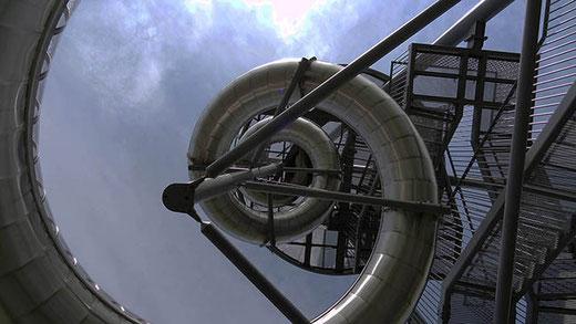 La tour panoramique de Carsten Höller (2014), coiffée d'une horloge et équipée d'un toboggan de 38 m de longueur.