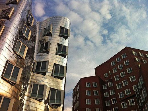 L'immeuble rouge est également l'œuvre de Frank O. Gehry.