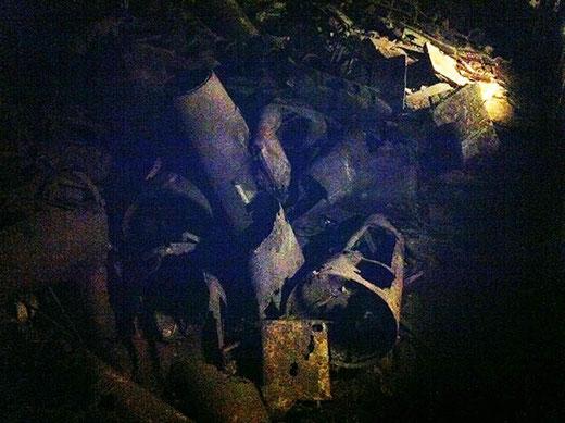 Au milieu d'un amoncellement de ferrailles rouillées, des restes d'ogives de fusée.