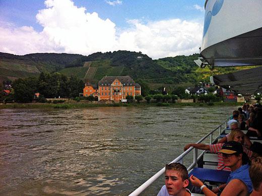 Mini-croisière sur le Rhin, sur fond de vignobles du Mittelrhein.