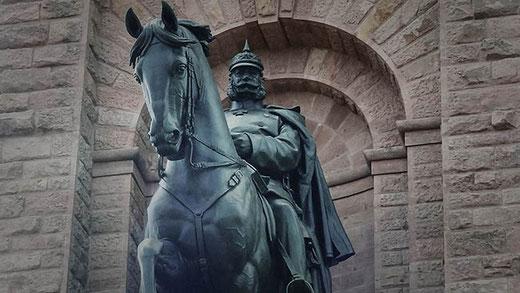 L'empereur, en tenue militaire, porte le fameux casque à pointe.