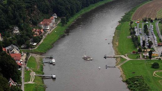 Le bac à traille de Rathen. Le câble, signalé par des bouées jaunes, est fixé à un poteau planté sur la rive droite de l'Elbe (à gauche sur la photo)..