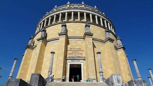 """L'entrée principale du Befreiungshalle. L'inscription au-dessus de la porte signifie : """"Aux combattants teutons (sic) de la libération. Louis Ier, roi de Bavière""""."""