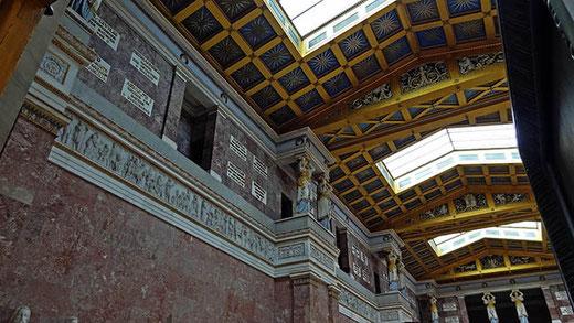 La décoration intérieure du Walhalla, toute en marbres et dorures.