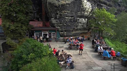 La terrasse du restaurant, installée directement sous l'arche !